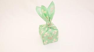 """風呂敷で華やかラッピング♪ 簡単な贈り物が""""リッチ見え""""する「たばね包み」"""
