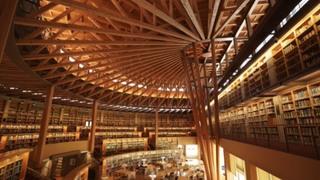 秋田県の国際教養大学には日本一美しいと言われる図書館が