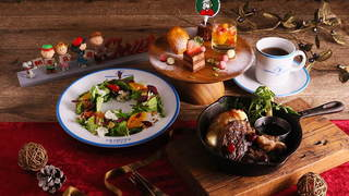 スヌーピーのピーナッツ カフェに牛ステーキなどのクリスマスメニューが登場