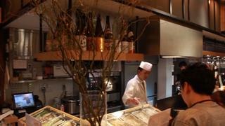 自築地購入一流食材打造全新料理樣貌! 可以酒吧氣氛用餐的「喜久屋 麻布十番」