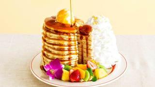 """フルーツたっぷりの""""10枚重ね""""のパンケーキがエッグスンシングスで登場"""