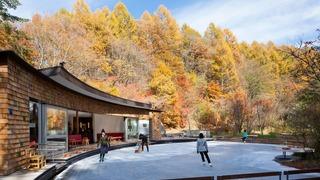 「軽井沢星野エリア ケラ池スケートリンク」紅葉シーズン営業開始