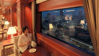 下午 6 點後在「大阪全日空皇冠假日酒店」的休息室裡展開一場讓成熟大人們沉浸於美景與美酒的夜晚