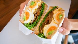 萌え断サンドイッチが魅力の「blus cafe」で具だくさんボリュームサンドに舌鼓