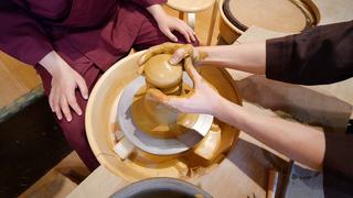 都会の真ん中で作務衣を着て陶芸体験ができる「彩泥窯 表参道工房」