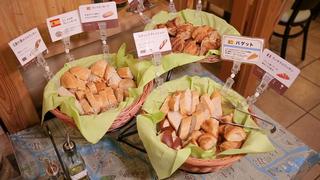 新宿の「ワインバル Vina Vin Vino 新宿店」でパンビュッフェ付きのランチを楽しむ