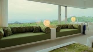 海の別荘のようなお部屋とライブラリーで寛ぐ「星野リゾート ウトコ」