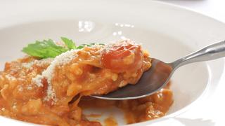 フライパンひとつでお手軽レシピ「完熟トマトの濃厚チーズリゾット」