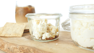 サラダやスイーツにトッピングしても。簡単ヘルシーな保存食「リコッタチーズ」の作り方