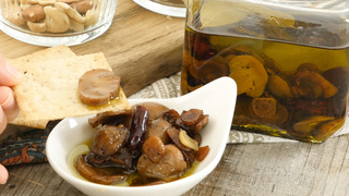 きのこの旨味が詰まった常備菜。「マッシュルームのオイル漬け」の作り置きレシピ