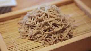 信州から産地直送。大阪「あずみのおそば 樽屋玄助」でいただく自家製粉のこだわり手打ち蕎麦