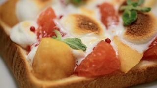 即席オードブルにも!ごろごろ果物ととろ〜りマシュマロのフルーツトーストレシピ♡