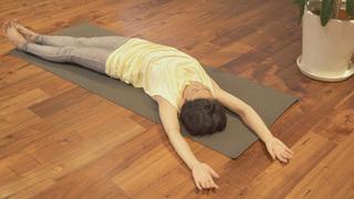寝たまま簡単ヨガ!背骨の歪みを整える「仰向けの三日月のポーズ」