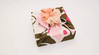 用風呂敷的包法讓禮物變身♪很適合方形盒子的「大朵花包法」