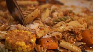 無論是沙拉還是義大利麵通通用手抓的新體驗!想炒熱氣氛?到新宿「Dancing Crab」就對了