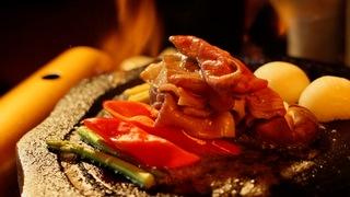 在「星野集團 界 阿蘇」品嚐新鮮的櫻肉(馬肉)與使用熔岩石板的燒烤和牛