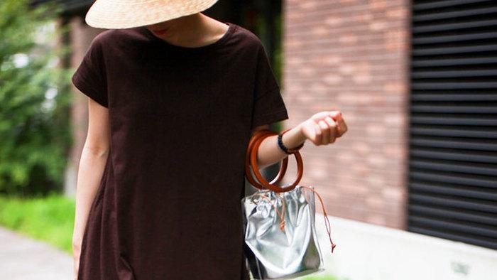 People Treeの「& Organic 半袖ワンピース」を着た女性