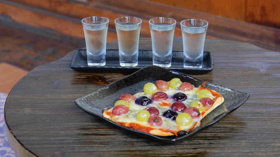 ぶどうピザと白ワインの4種飲み比べ