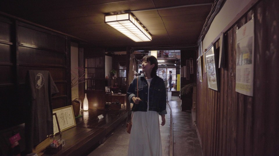 「岩村醸造」で酒蔵見学体験をする女性